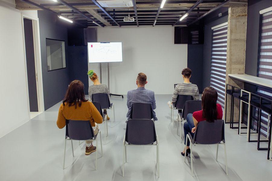 Szkolenia BHP dla pracowników biurowych. Co warto wiedzieć?