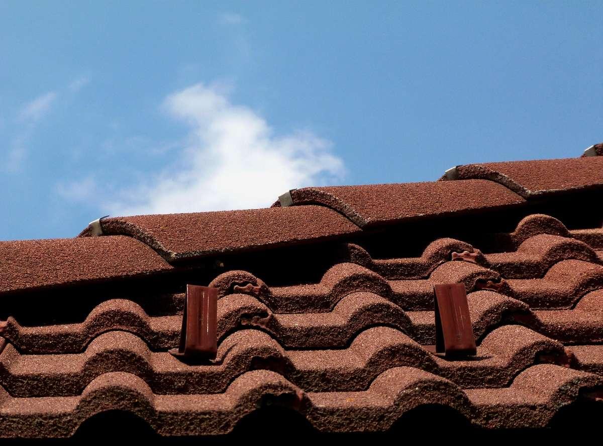 Jakie są zalety betonowych pokryć dachowych?